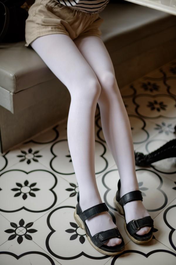 森萝财团 FREE-001 条纹衣白丝