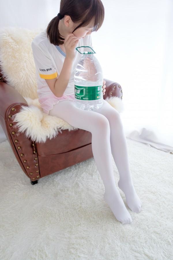 森萝财团 R15-015 白丝萝莉玩桶装水