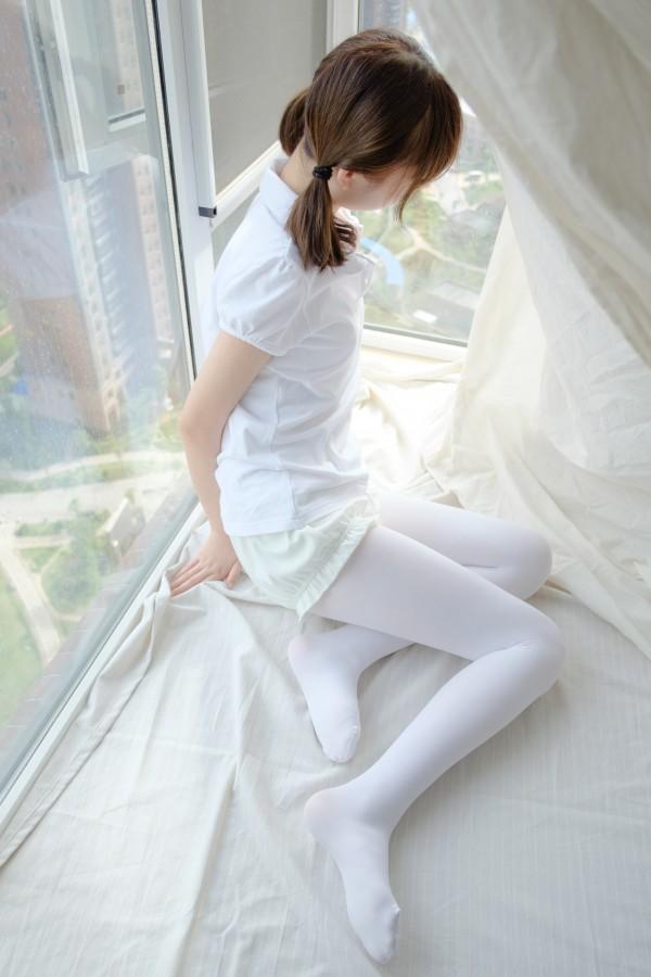 森萝财团 R15-018 窗台上的白丝少女