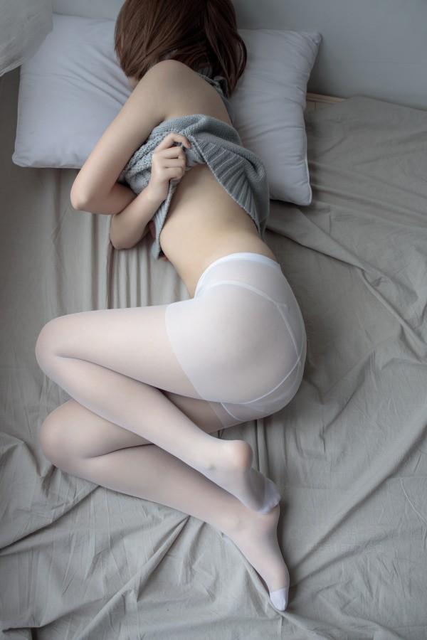 森萝财团 X-062 薄白丝露背毛衣